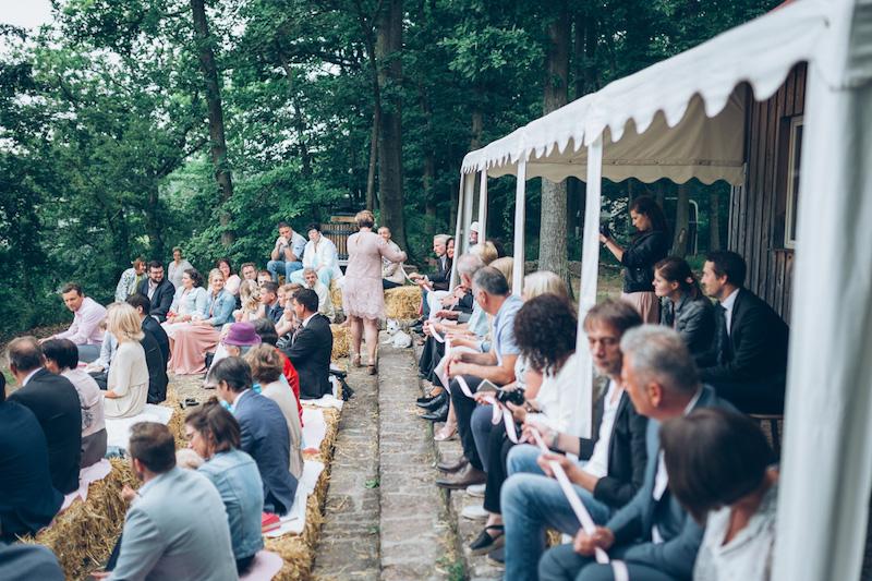 Sitzplätze der Gäste auf Strohballen während der freien Trauung